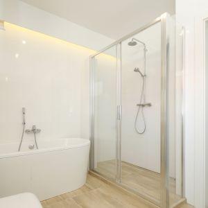 Gotowy projekt białej łazienki. Proj. Joanna Ochota. Fot. Bartosz Jarosz