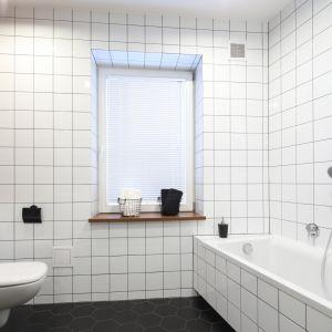 Gotowy projekt białej łazienki. Proj. Katarzyna Walawska. Fot. Bartosz Jarosz