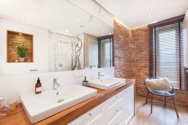 """Cegła na ścianie w łazience to świetny sposób na dodanie wnętrzu przysłowiowego aranżacyjnego """"pazura"""". Zobaczcie jak prezentuje się w polskich domach!"""
