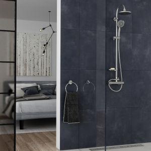 Komfortowa strefa prysznica: deszczownia z natryskiem i baterią termostatyczną Trinity, odpływ liniowy Ora. Fot. Ferro