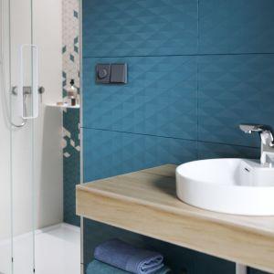 Pomysł na ścianę nad umywalką: płytki ceramiczne z kolekcji Colour Blink marki Cersanit. Fot. Cersanit