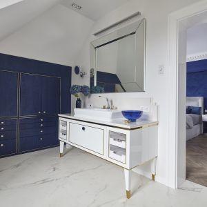 Łazienka przy sypialni - oba wnętrza tworzą oddzielne pomieszczenia, jednak pozostają ze sobą spójne kolorystycznie i stylistycznie. Proj. mDom Pracownia projektowa. Fot. Materiały prasowe