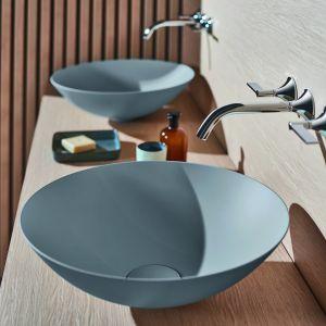 Kolor w strefie umywalki: kolorowe umywalki w wykończeniu Terra marki Alape. Fot. Alape
