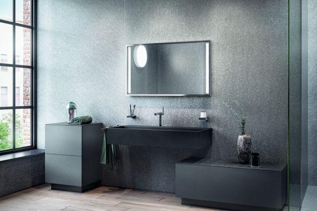 Meble łazienkowe potrafią mieć bardzo różnorodne kolory. Obecnie na topie jest czerń i ciemne barwy. Warto rozważyć wprowadzenie ich do łazienki właśnie w postaci frontów meblowych.
