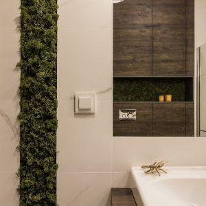 Przytulna łazienka w kolorach drewna. Proj. Pracownia KODO. Fot. Materiały prasowe Pracowni KODO
