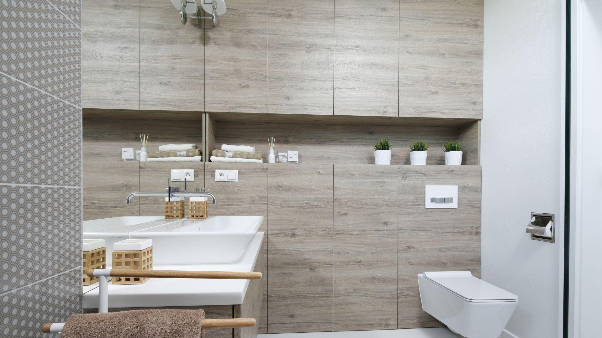 Przytulna łazienka w kolorach drewna. Proj. Ewelina Pik, Maria Biegańska. Fot. Bartosz Jarosz