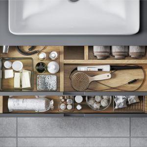 Szafka podumywalkowa z serii Tuto wyposażona jest w praktyczne szuflady z organizerami. Fot. Excellent