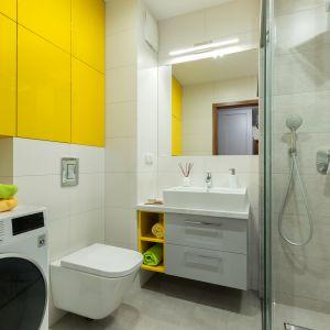 Sposób na przechowywanie w łazience: szafki pod sam sufit. Proj. Justyna Mojżyk (poliFORMA). Fot. Monika Filipiuk-Obałek