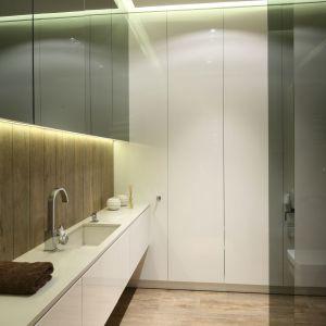Sposób na przechowywanie w łazience: szafki pod sam sufit. Proj. Dominik Respondek. Fot. Bartosz Jarosz