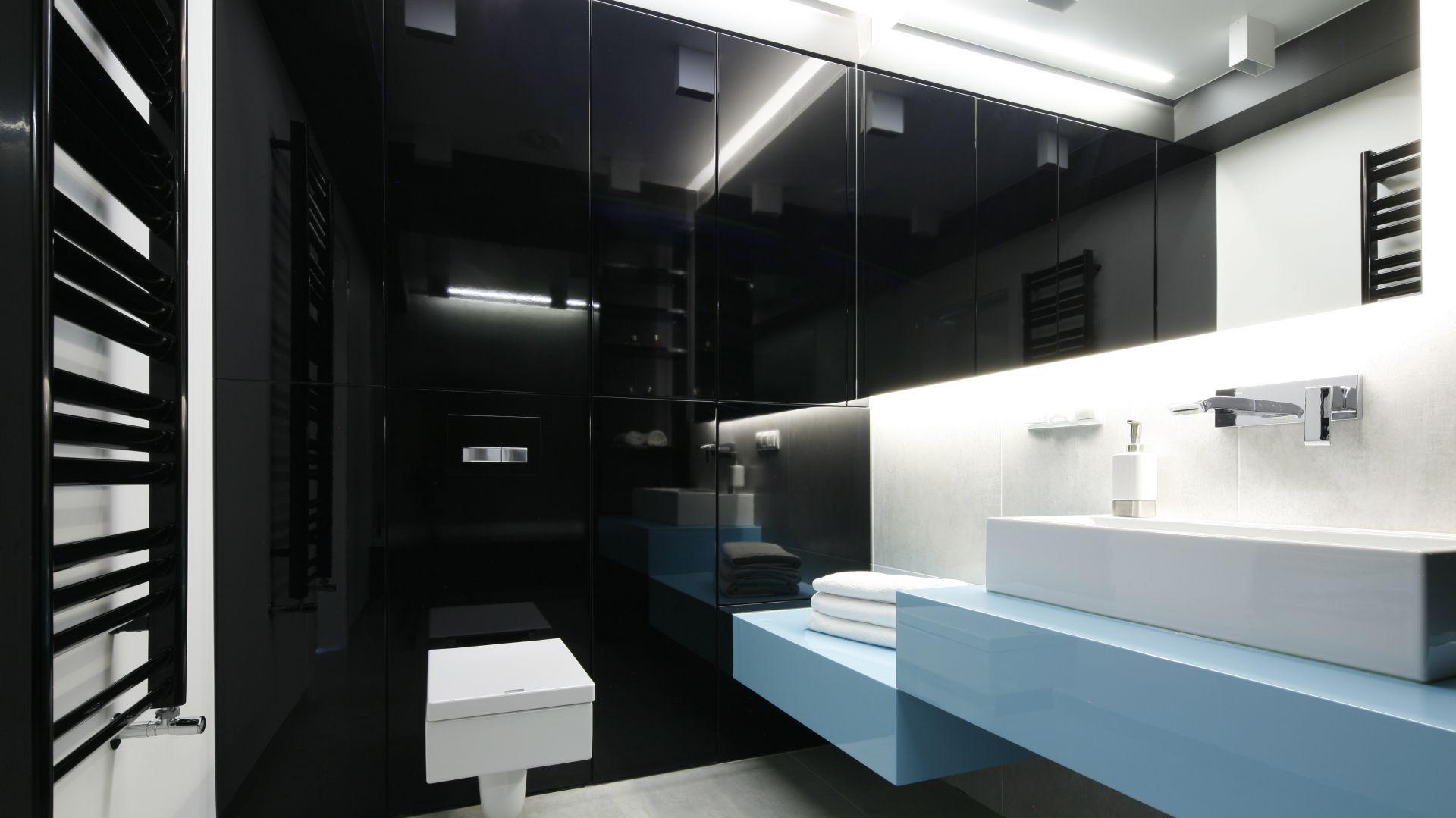 Sposób na przechowywanie w łazience: szafki pod sam sufit. Proj. Ewelina Pik, Maria Biegańska. Fot. Bartosz Jarosz