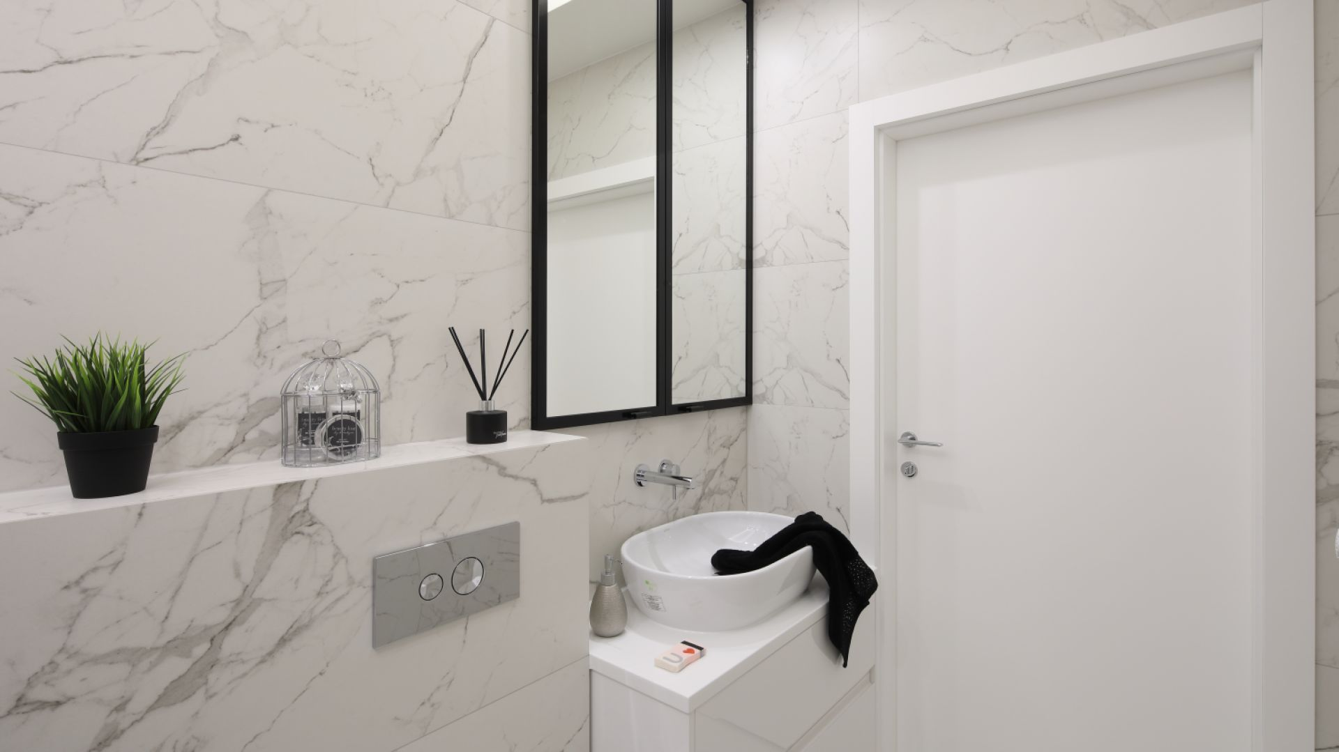 Sposób na przechowywanie w łazience: szafki pod sam sufit. Proj. Katarzyna Mikulska-Sękalska. Fot. Bartosz Jarosz