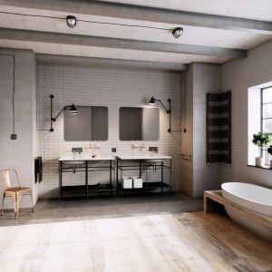 Pomysł na aranżację łazienki w stylu loft. Na zdjęciu baterie z serii Algeo Square marki Ferro. Fot. Ferro