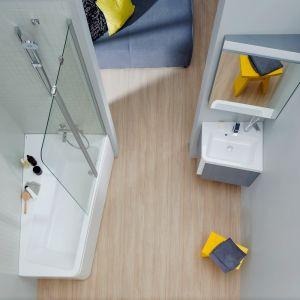 Sposób na strefę kąpieli w małej łazience: asymetryczna wanna z Konceptu 10 stopni marki Ravak. Fot. Ravak