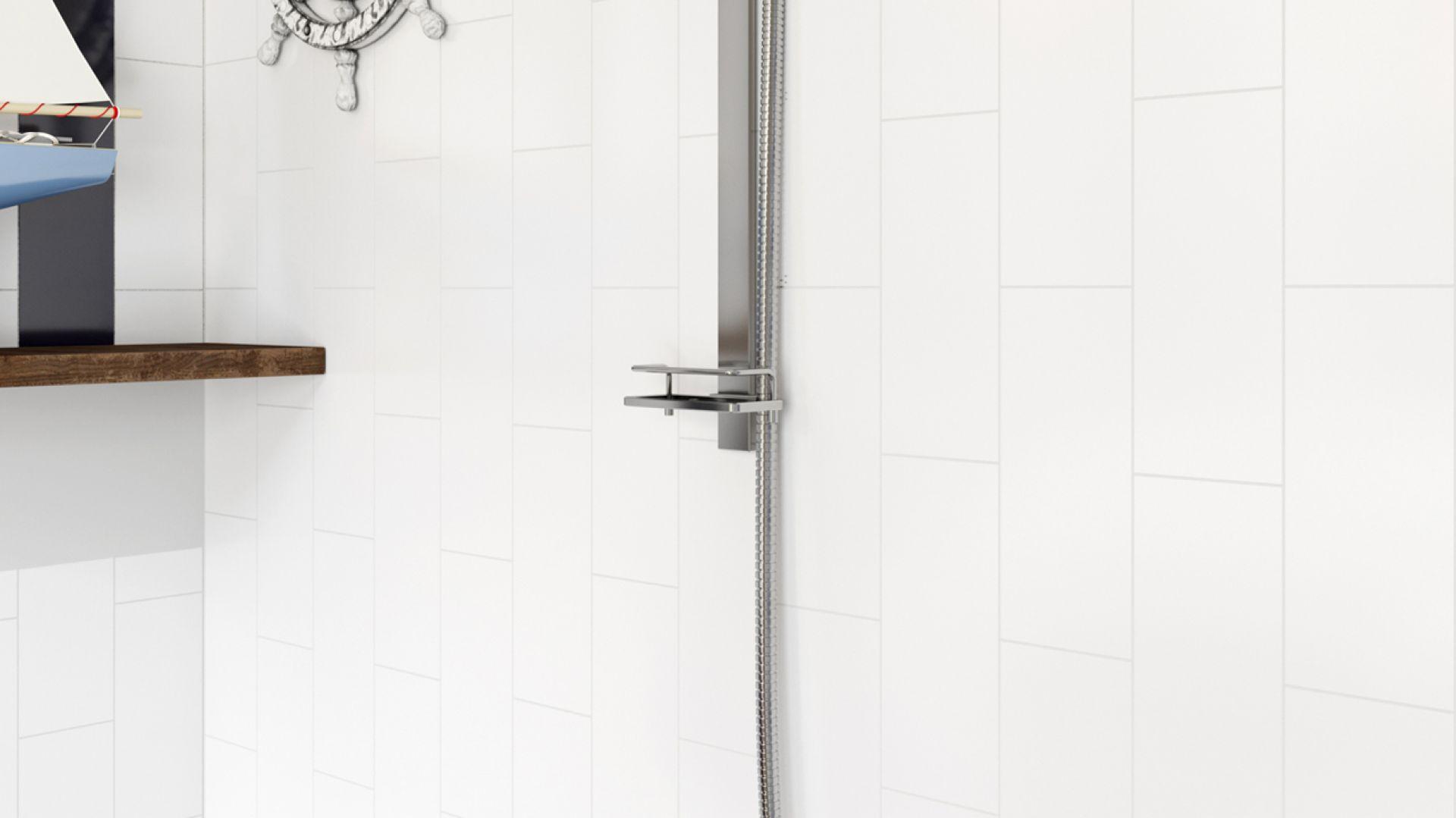 Aranżacja łazienki w stylu marynistycznym. Na zdjęciu bateria wannowa ścienna Stratos. Fot. Ferro