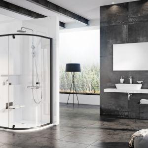 Czarna kabina prysznicowa z serii Pivot marki Ravak. Fot. Ravak