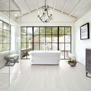 Pomysł na białą łazienkę. Nienaganny angielski styl umywalek czy wanien Burlington doda wnętrzu szlachetności, zamieniając nawet małą łazienkę w gustowny salon kąpielowy. Fot. Materiały prasowe Greston