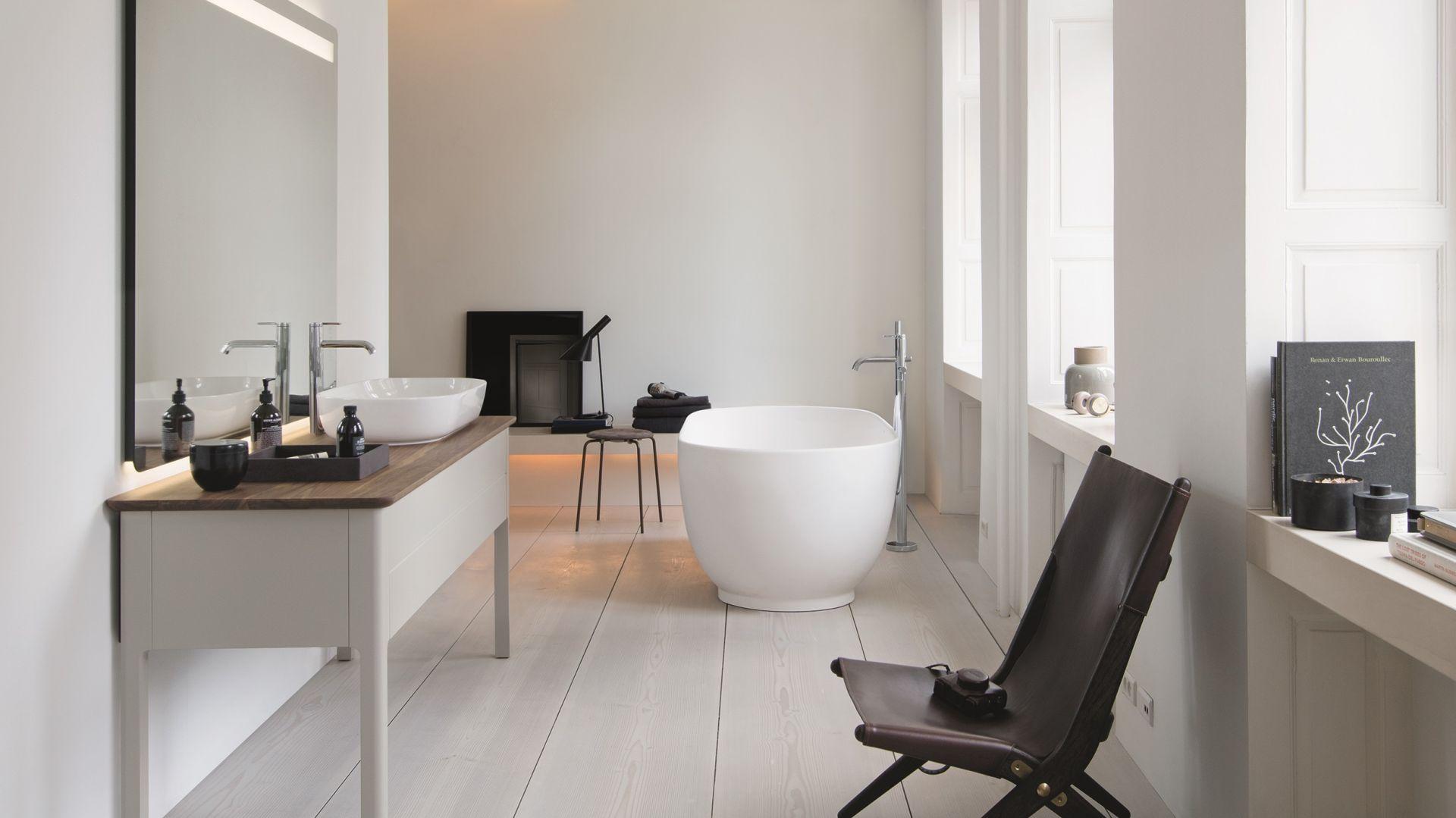 Pomysł na białą łazienkę. Idealnym dopełnieniem białej łazienki w stylu skandynawskim może być seria umywalek i mebli łazienkowych LUV marki Duravit, stworzona przez duńską projektantkę Cecilie Manz. Fot. Materiały prasowe Greston