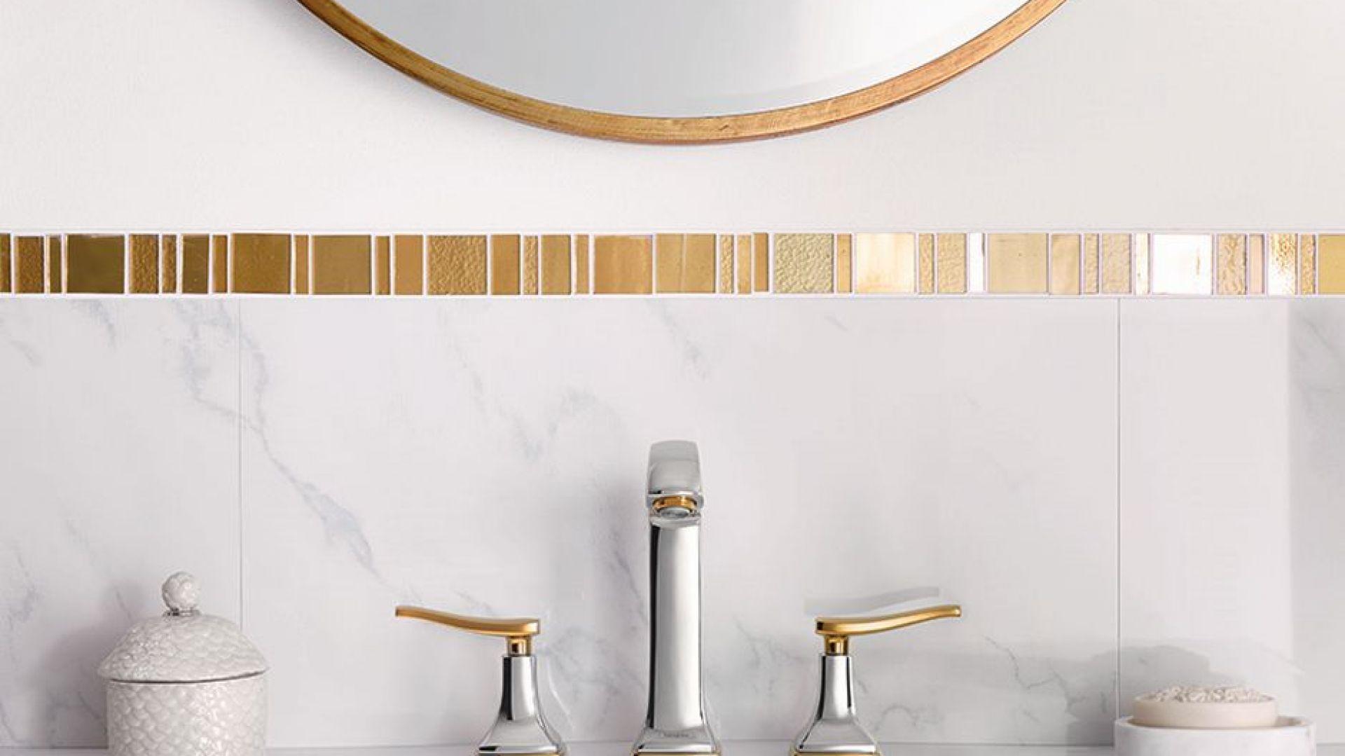 """Pomysł na białą łazienkę. Efekt """"wow"""" spotęguje wybór stylowej armatury łazienkowej od Hansgrohe. Metropol Classic. Fot. Materiały prasowe Greston"""