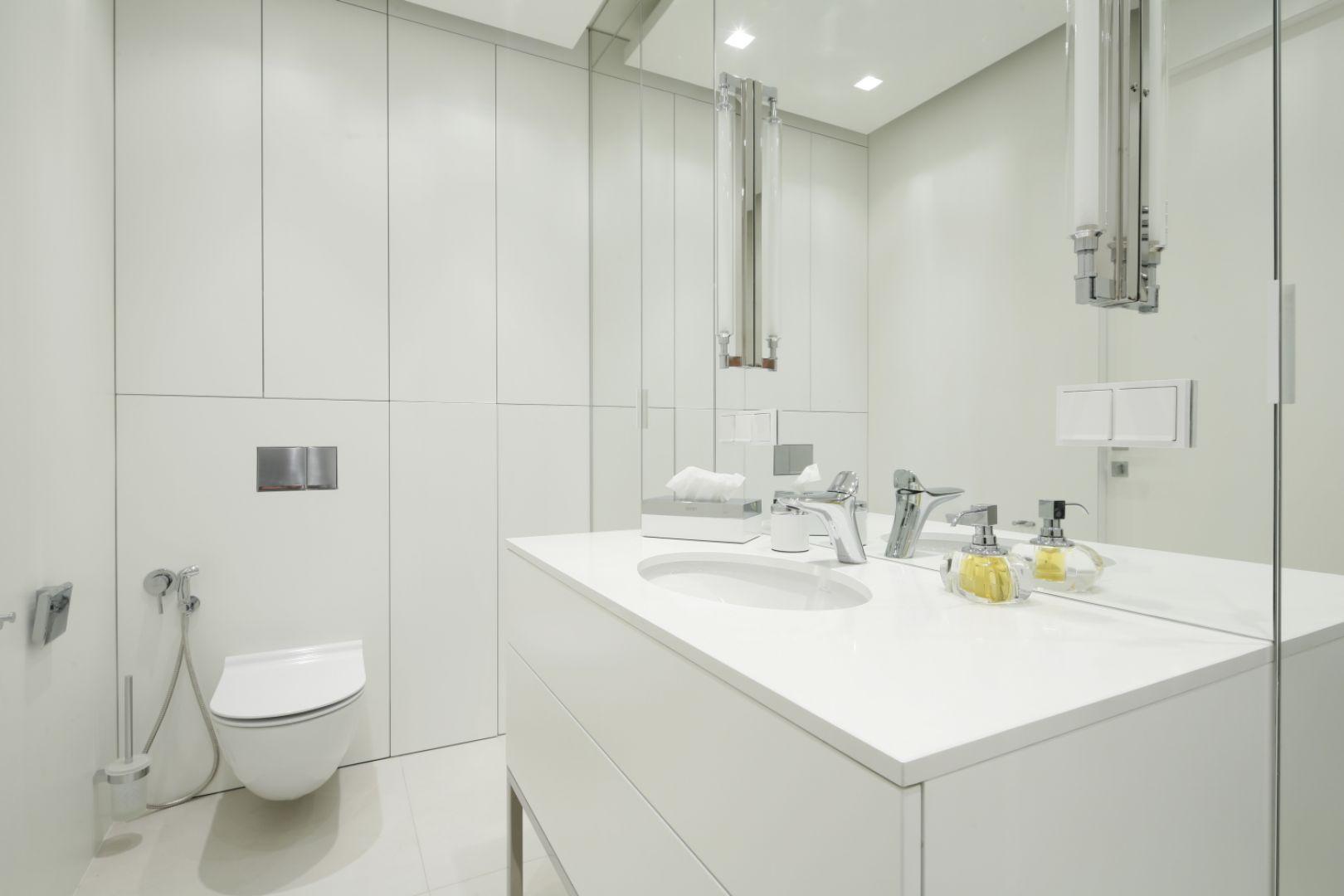 Biała łazienka. Proj. Katarzyna Uszok. Fot. Bartosz Jarosz