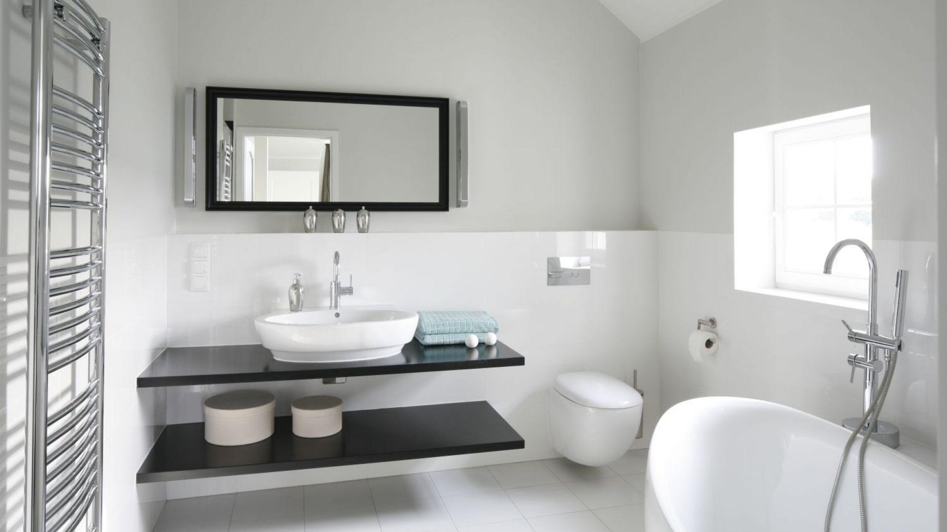 Biała łazienka. Proj. Ventana. Fot. Bartosz Jarosz