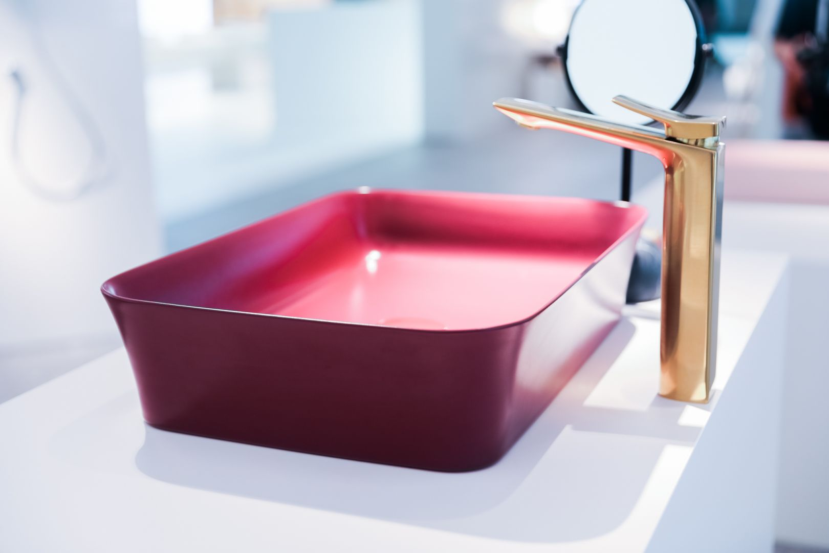 Kolorowa umywalka Ipalyss w kolorze pomegranate marki Ideal Standard. Fot. Ideal Standard