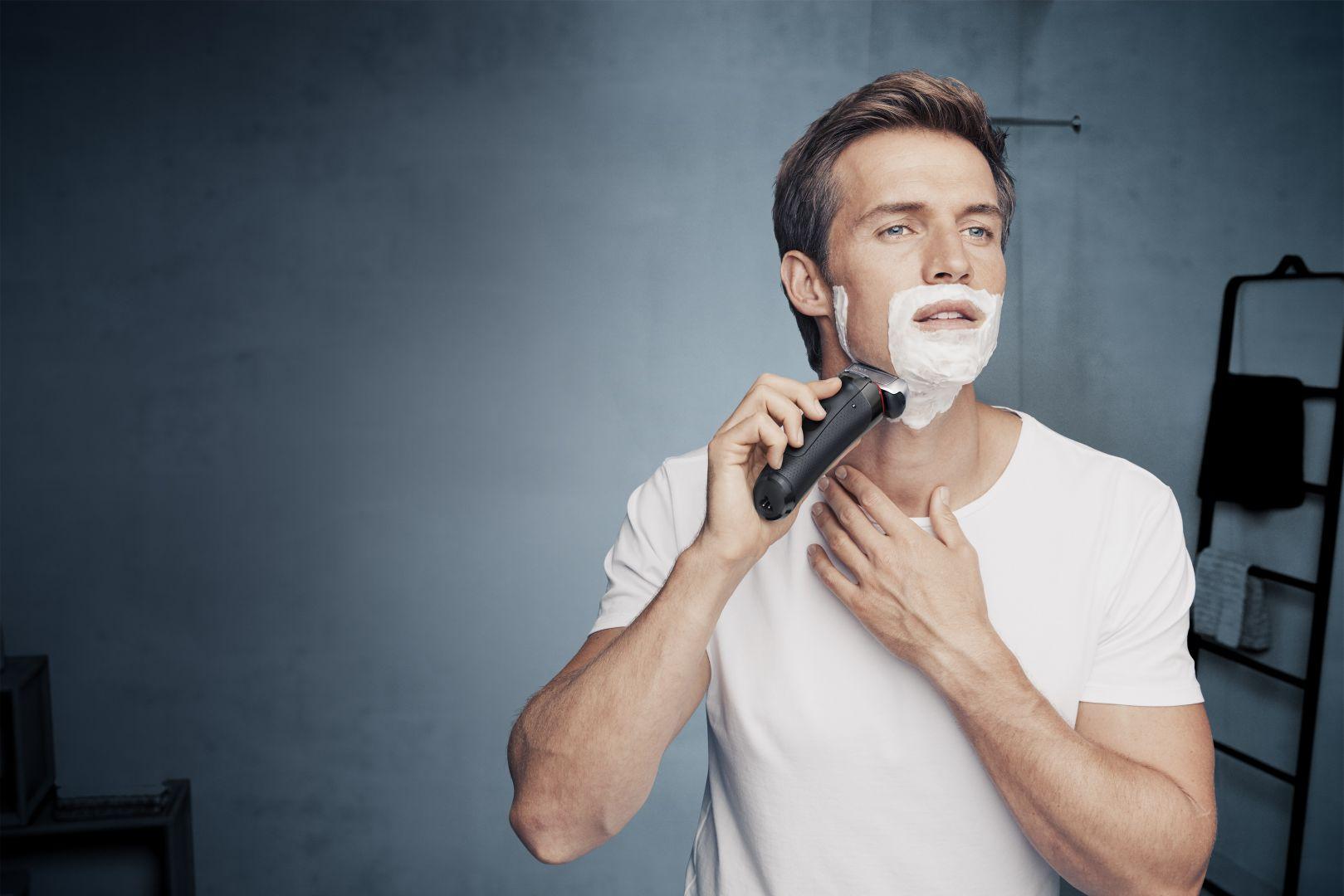 Golarka Series 8 jest wodoodporna - można jej używać do golenia na sucho oraz z pianką lub żelem. Fot. Braun