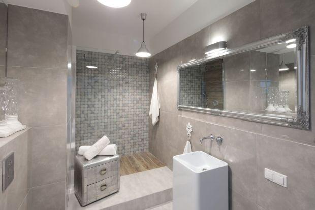 Ścianę w strefie prysznica można wykończyć w ciekawy sposób, tak aby urozmaiciła aranżację całego pomieszczenia. Zobaczcie, co proponują projektanci.