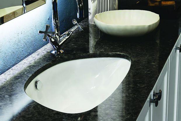 Kiedy remontujemy łazienkę, głównym problemem jest wybór między wanną a prysznicem lub dylemat, czy zmieścić i to, to za cenę wolnej przestrzeni. Nad umywalką mało kto główkuje równie intensywnie. A przecież to bardzo ważny element wyposa