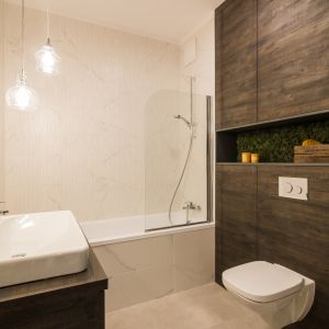 Motywy drewna w łazience. Proj. Pracownia KODO. Fot. Materiały prasowe Pracowni KODO