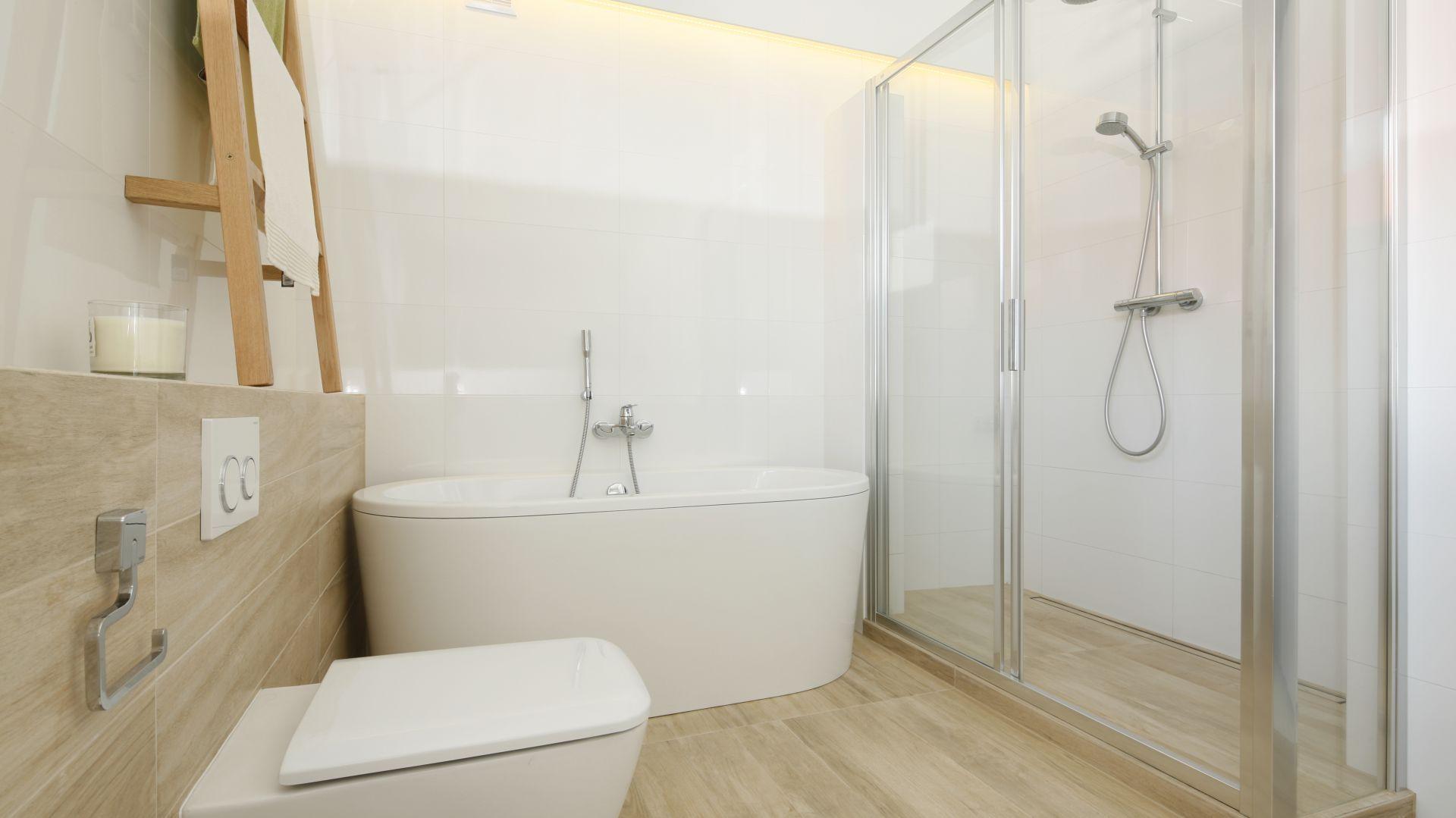 Motywy drewna w łazience. Proj. Joanna Ochota. Fot. Bartosz Jarosz