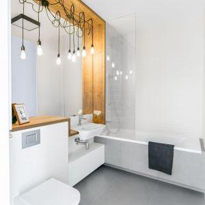 Aranżacja łazienki: eleganckie drewno. Proj. Decoroom