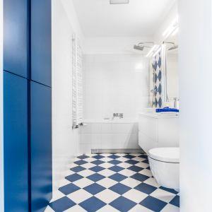 Aranżacja łazienki: płytki podłogowe i kolor. Proj. Decoroom