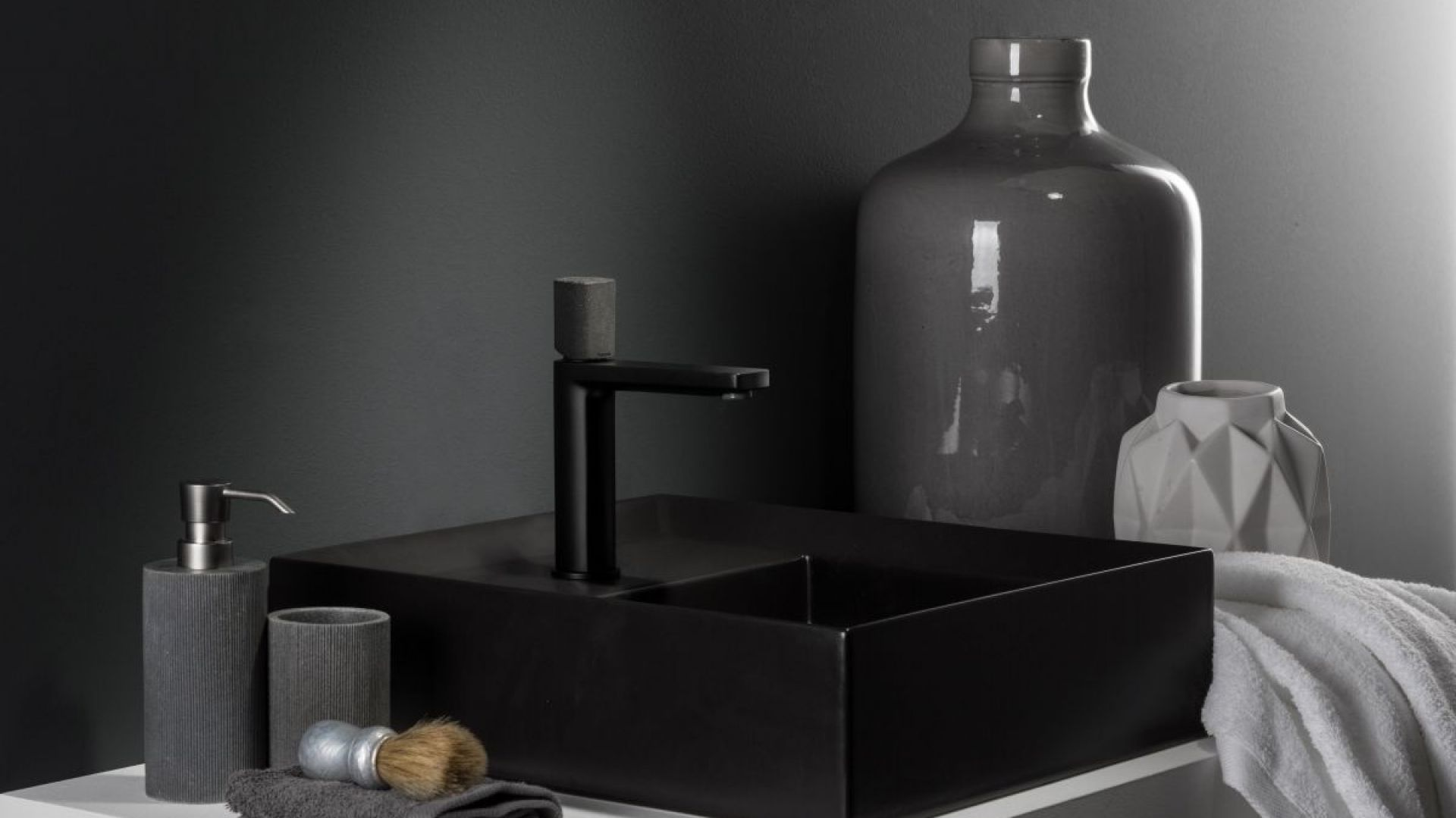 Czarna bateria umywalkowa Concrete Black z serii Haptic marki Ritmonio. Fot. Ritmonio