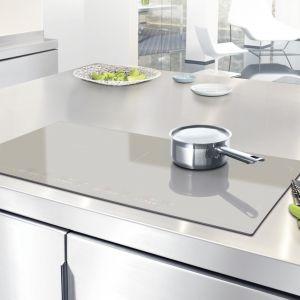 Płyta indukcyjna De Dietrich DTI1199GE w wyjątkowym kolorze Grey Pearl. Powierzchnia Continuum, która umożliwia gotowanie w dużych naczyniach typu brytfanna lub w kilku małych garnkach jednocześnie. Fot. De Dietrich.