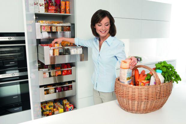 Wyciągi typu cargo, systemy do szafek narożnych czy praktyczne organizatory do szuflad. Sposobów na funkcjonalne i estetyczne przechowywanie żywności czy kuchennych akcesoriów jest naprawdę wiele.