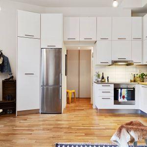 Ze względu na niewielką przestrzeń użytkową pomysłowe szafki kuchenne rozlokowano nawet nad drzwiami. Fot. Stadshem.