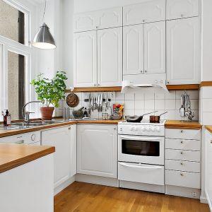 Kuchnia w typowym skandynawskim stylu jest prosta, oszczędna w formie i przede wszystkim biała. Fot. Alvhem Makleri.