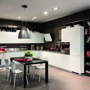 Kuchnia Perfecta firmy Scavolini. Na blaty oraz ściany nad nimi można wybrać stal szlachetną, jest też możliwość łączenia jej z innymi wykończeniami. Fot. Scavolini.