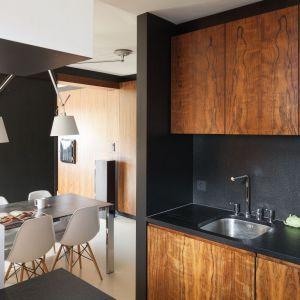 Okładzina granitowa w kuchni zaprojektowanej przez architektów Kasię i Michała Dudko. Fot. Bartosz Jarosz.