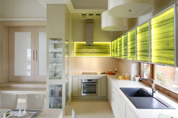Pomysł na szafki kuchenne: dekoracyjne szklane fronty