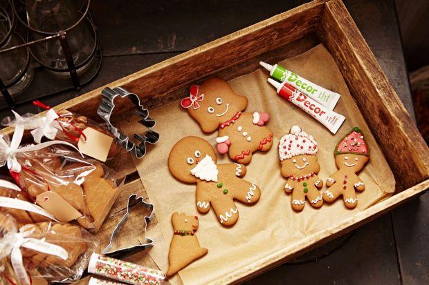 Lukrowane pierniczki, choinkowe ciasteczka czy może ręcznie robione lizaki - bałwanki? Pomysłów na domowej roboty słodycze jest wiele, a na rynku odnajdziemy coraz więcej akcesoriów, które ułatwią nam ich przygotowywanie.