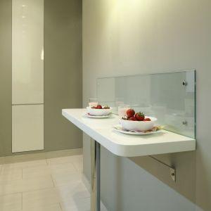 Bez niego kuchnia nie miałaby tyle uroku! Stolik śniadaniowy o szer. 30 cm nie zajmuje dużo miejsca, a przy tym jest praktyczny. Fot. Bartosz Jarosz.
