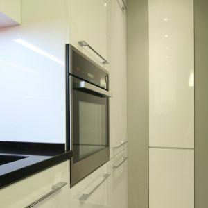 Zabudowę kuchenną otwierają dwa wysokie słupki: z piekarnikiem (Küppersbusch) i lodówką (AEG). Fot. Bartosz Jarosz.