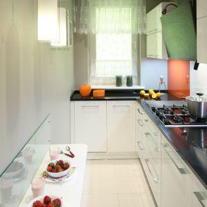 Długą i wąską kuchnie dodatkowo doświetla światło dzienne, wpadające tu przez nieduże okno. Fot. Bartosz Jarosz.