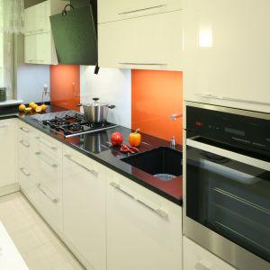 Lakierowane, błyszczące powierzchnie, ponadczasowy zestaw kolorów, do tego eleganckie chromowane uchwyty nadały domowej kuchni niezwykle reprezentacyjny charakter. Fot. Bartosz Jarosz.