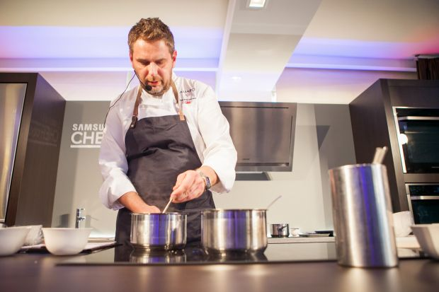 Wojciech Modest Amaro, jeden z najwybitniejszych kucharzy w Polsce został twarzą Samsung Chef Collection - nowej linii urządzeń kuchennych klasy premium. Produkty powstały z myślą o domowych pasjonatach sztuki kulinarnej, którzy chcą przygotowywa