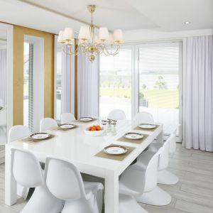 W dużej, eleganckiej jadalni zdecydowano się na klasyczny żyrandol nad stołem. Projekt Dominik Respondek. Fot. Bartosz Jarosz.