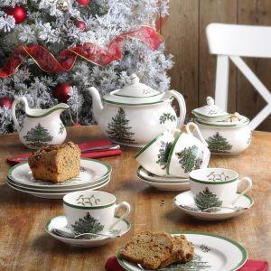 Zestaw porcelany z bożonarodzeniowym drzewkiem utrzymany w konwencji retro. Fot. Epoka.
