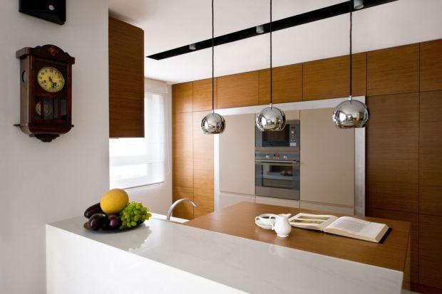Meble w ciemnym kolorze drewna mają bowiem swój niepowtarzalny urok i czar.Zobaczcie jak prezentują się w kuchni.