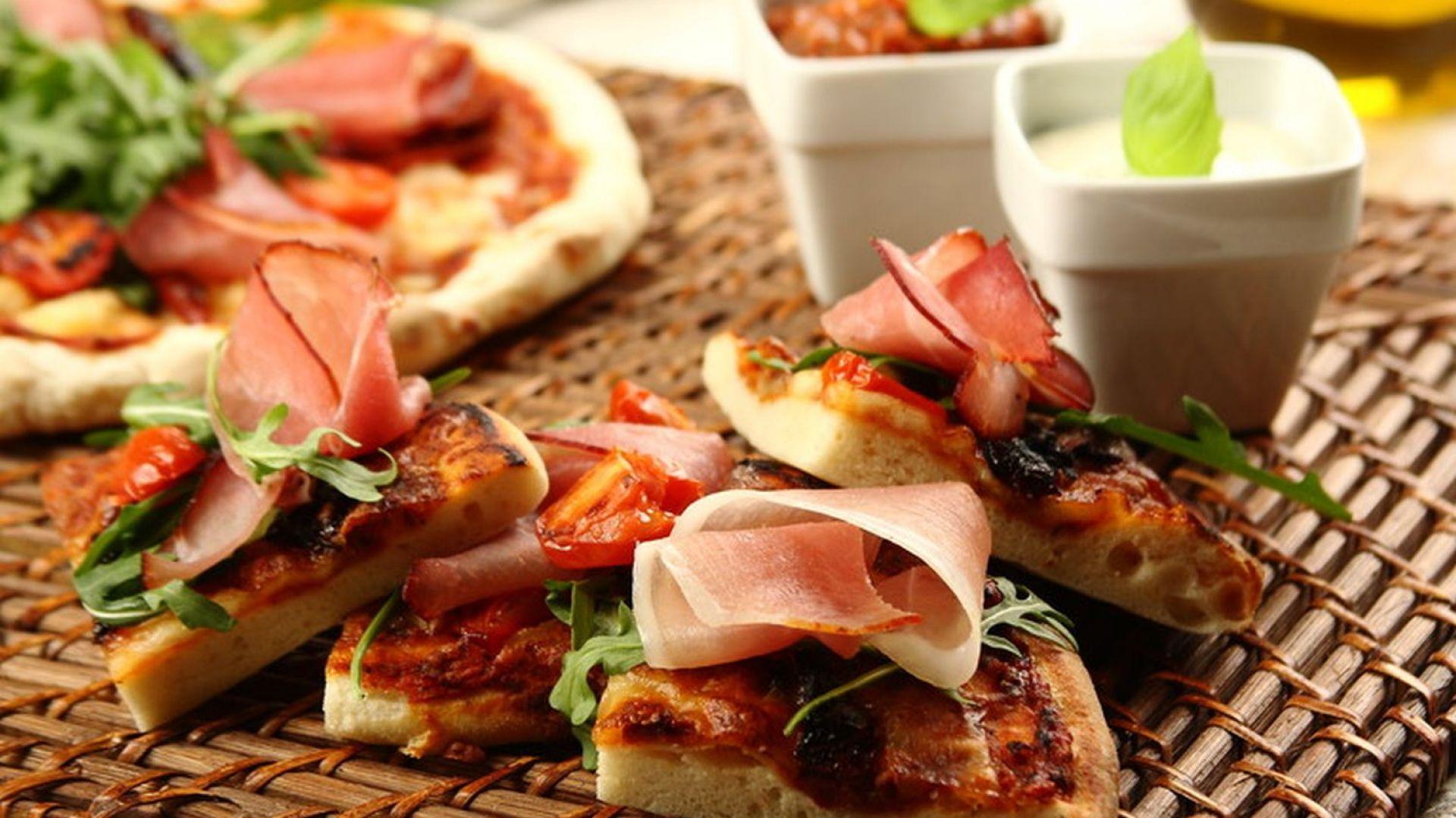Pizza z suszonymi pomidorami, szynką parmeńską i rukolą. Fot. Knorr.